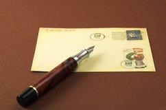 Uitstekende prentbriefkaar en pen Stock Afbeeldingen