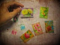 Uitstekende prentbriefkaar met grunreachtergrond Stock Foto