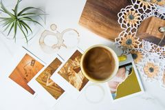 Uitstekende Pyrexmok met Koffie en Polaroidcamera's stock fotografie