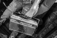 Uitstekende radio in handen van jong meisje stock fotografie