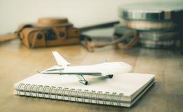Uitstekende Reis blogger toebehoren met stuk speelgoed vliegtuigreis Royalty-vrije Stock Afbeeldingen