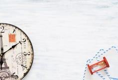 Uitstekende reisachtergrond Oude klok op houten lijst Stock Fotografie
