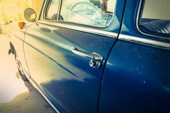 Uitstekende retro blauwe auto Stock Afbeeldingen