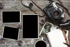Uitstekende retro camera op houten die lijstachtergrond met sneeuw wordt behandeld Royalty-vrije Stock Foto