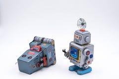 Uitstekende Robot Toy Repairing Another op een Witte Achtergrond stock afbeeldingen