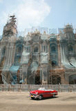 Uitstekende rode auto in Havana Stock Fotografie