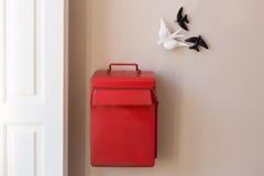 Uitstekende rode brievenbus Stock Foto