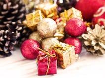 Uitstekende Rode en Gouden Kerstmis schittert Bollen en Decoratie Royalty-vrije Stock Afbeelding