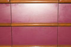 Uitstekende rode houten panelen met kralenversiering stock foto