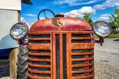 Uitstekende rode Oude Tractorvoorzijde Stock Foto