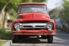 Uitstekende rode vrachtwagen stock afbeeldingen