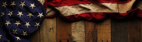 Uitstekende rode, witte, en blauwe Amerikaanse vlag voor Herdenkingsdag royalty-vrije stock afbeeldingen