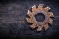 Uitstekende roterende snijder met radertjes op houten raad royalty-vrije stock afbeeldingen