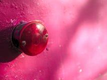 Uitstekende roze aanhangwagen met rood cirkelstoplicht stock fotografie