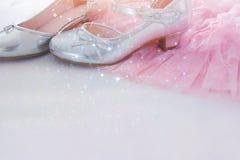 Uitstekende roze de chiffonkleding van Tulle en zilveren schoenen op houten witte vloer Huwelijk, bruidsmeisje en girl& x27; s pa stock afbeeldingen