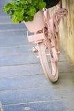 Uitstekende Roze fiets met mand van bloemen Stock Afbeeldingen