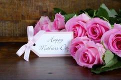 Uitstekende Roze Rozen op Donkere Houten Achtergrond Royalty-vrije Stock Afbeeldingen