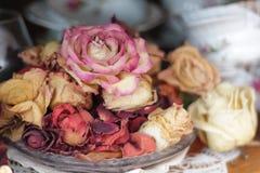 Uitstekende rozen op een plaat Stock Foto