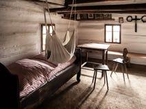 Uitstekende ruimte met bed, lijst en stoelen in oud landelijk huis Sepia stijlbeeld Stock Foto's