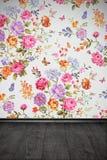 Uitstekende ruimte met bloemen kleurrijk behang en houten vloer Royalty-vrije Stock Foto's