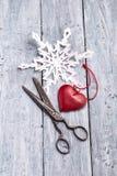 Uitstekende schaar, met de hand gemaakte document sneeuwvlok en hartdecoratie Royalty-vrije Stock Afbeelding