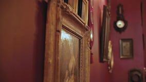 Uitstekende schilderijen op de muur in retro kader stock footage