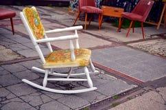 Uitstekende schommelstoel op de straat royalty-vrije stock afbeelding