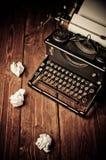 Uitstekende schrijfmachine en een leeg blad van document Royalty-vrije Stock Foto's