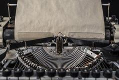 Uitstekende schrijfmachine met een oude lege blad van document omhoog spot Stock Fotografie