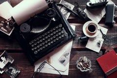 Uitstekende schrijfmachine op een bureau stock afbeeldingen
