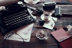 Uitstekende schrijfmachine op een bureau stock foto's
