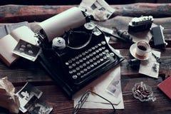 Uitstekende schrijfmachine op een bureau royalty-vrije stock foto