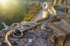 Uitstekende sleutel op de steen met zonlicht in de ochtend zoals zeer belangrijk aan stock afbeeldingen