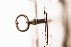 Uitstekende sleutel in slot van houten borst royalty-vrije stock fotografie