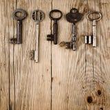 Uitstekende sleutels op hout Royalty-vrije Stock Fotografie
