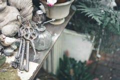 Uitstekende sleutels in tuin stock foto's