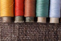 Uitstekende spoelen met kleurrijke draden Royalty-vrije Stock Foto