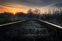 Uitstekende spoorweg in de zonsondergang Royalty-vrije Stock Foto's
