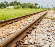 Uitstekende spoorweg met ballast en spoordwarsbalken in platteland, T Royalty-vrije Stock Foto's