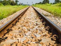 Uitstekende spoorweg met ballast en spoordwarsbalken in platteland, T Royalty-vrije Stock Foto