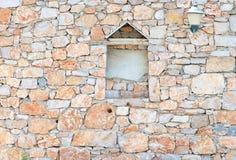Uitstekende steenmuur met verschillende geometrische vormen