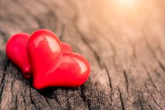 Uitstekende stijl van 2 rode harten met houten harten Stock Fotografie