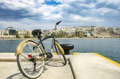 Uitstekende stijlfiets die zich op Pijler van jachthaven Zeas, tegenovergesteld van Pasalimani-stad in Piraeus, Griekenland bevin stock afbeelding