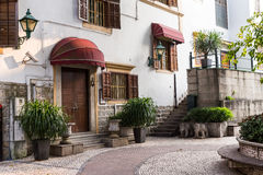 Uitstekende stijlhuisvesting met deuren en venster op witte muur Royalty-vrije Stock Foto
