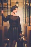 Uitstekende stijlvrouw binnen retro trein Stock Foto's