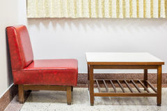 Uitstekende stoel en lijst Hand getrokken vector die op wit wordt geïsoleerd Stock Foto's