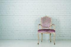 Uitstekende stoel in lege ruimte Stock Afbeeldingen
