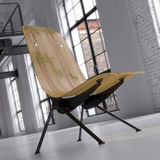 Uitstekende stoel in omgezette zolder Stock Afbeelding
