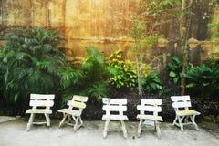 Uitstekende stoelen dichtbij muur op de Grote Berg van Boedha in Phuket Thailand royalty-vrije stock foto's