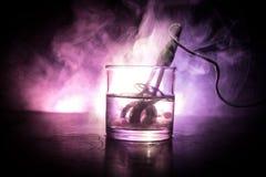 Uitstekende straalkachel voor het brouwen van thee in een kop op donkere gestemde mistige achtergrond Het verwarmen van water in  stock afbeelding